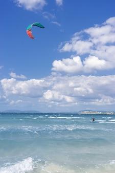 Cesme turkey 2021년 9월 23일 사람들이 터키의 ilica 해변에서 카이트서핑을 하고 있습니다.