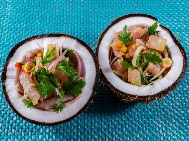 Блюдо севиче - закуска из свежей рыбы, маринованной в цитрусовых, с тропическими фруктами, подается в кокосовых чашах.