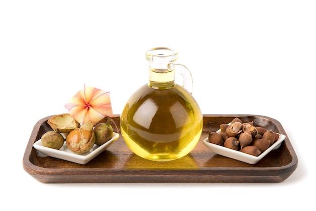 Цейлонский дуб или цейлонский дуб плоды и масло, изолированные на белом фоне.
