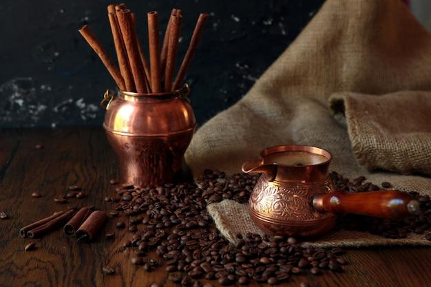 오래 된 녹슨 배경에 cezve-전통적인 커피, 가방 및 국자 컵. 어두운 음식 사진.