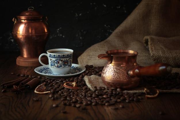 Cezve-古いさびた背景に伝統的な一杯のコーヒー、バッグ、スクープ。ダークフード写真。