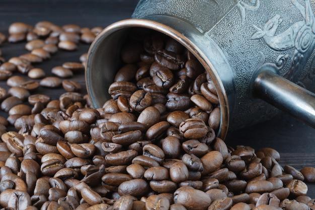 Джезве со свежеобжаренными кофейными зернами на вретище