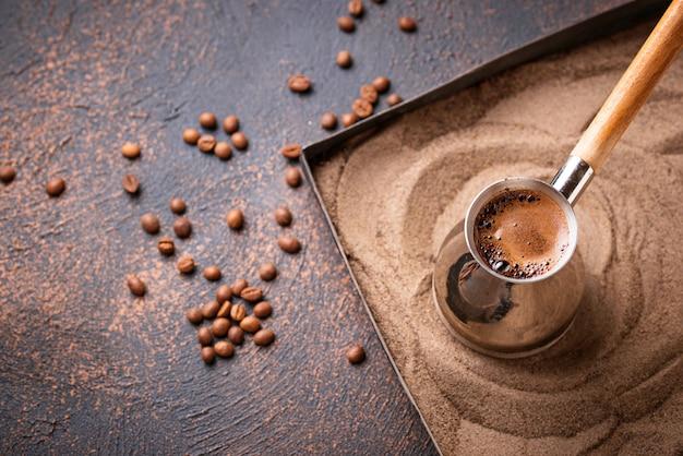 Cezveの伝統的なトルコ式コーヒー