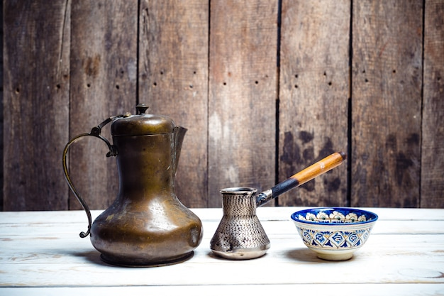 木製のテーブルにcezveの新鮮なコーヒー