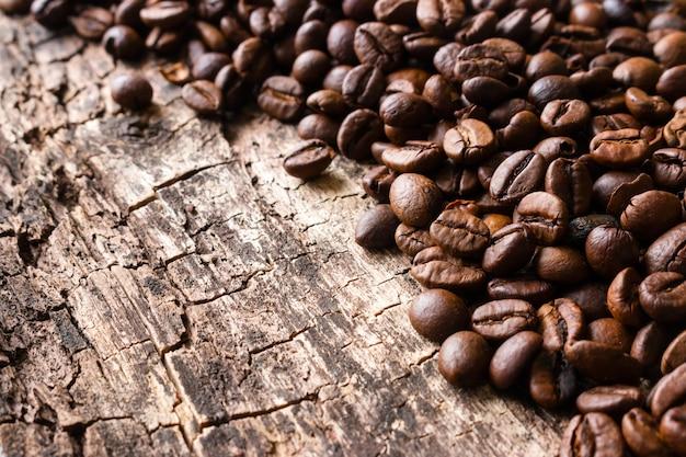 木製のローストcfee豆をクローズアップ
