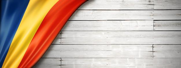 Флаг чада на старой белой стене. горизонтальный панорамный баннер.