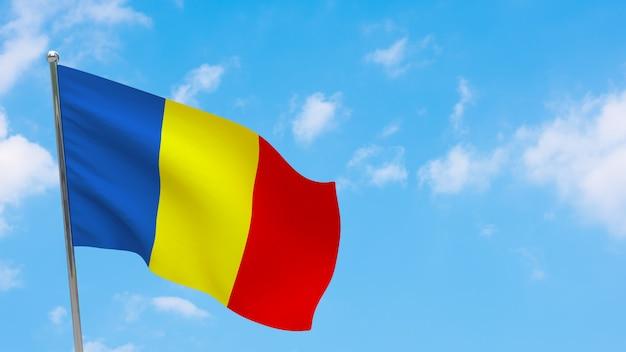 Флаг чада на шесте. голубое небо. государственный флаг чада