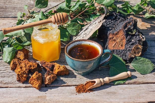 Чай из чаги - сильный антиоксидант, укрепляющий иммунную систему.