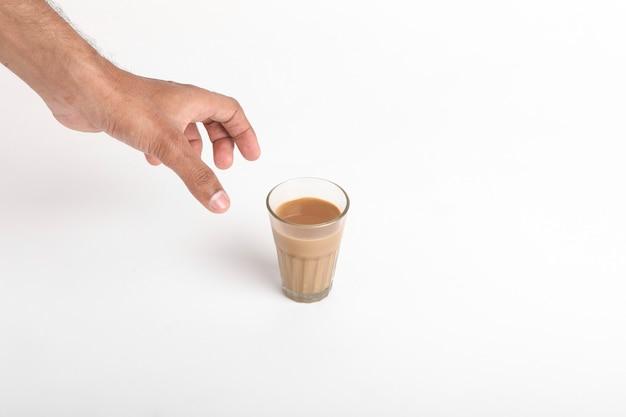 チャイ。白い表面に伝統的なインド茶