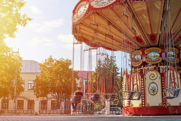 Цепная карусель карусель в парке развлечений