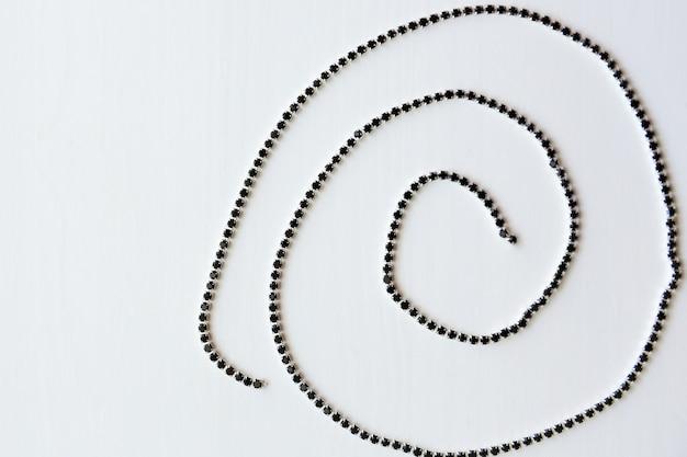 らせん状の黒い結晶のチェーン