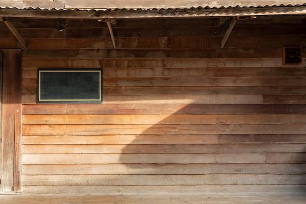 [chaing khan]竹の壁に古い木の家