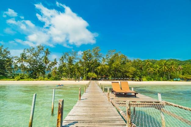 木製の桟橋または橋の椅子とベッド、パラダイス島のトロピカルビーチと海がある