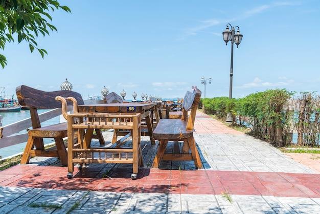 海の景色を望むテラスレストランの椅子とテーブル