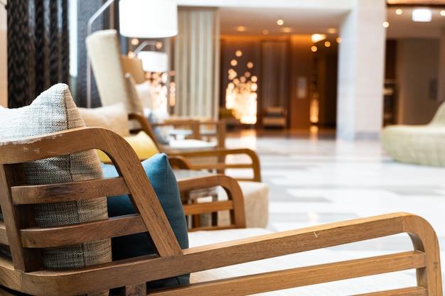 Стул в холле гостиницы. интерьер вестибюля в уютном стиле.