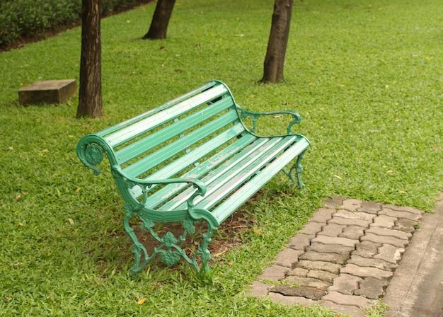 Стул в парке цвета зеленой травы