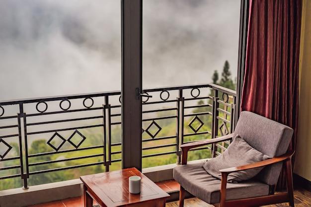 Стул на балконе и зеленая природа сапа в тумане северо-запад вьетнам концепция путешествия вьетнама unesco