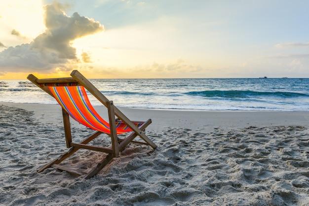 ビーチの夏休みに砂の上の椅子