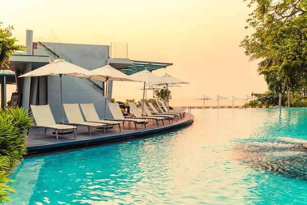 ホテルリゾートのプールの周りの椅子のプール