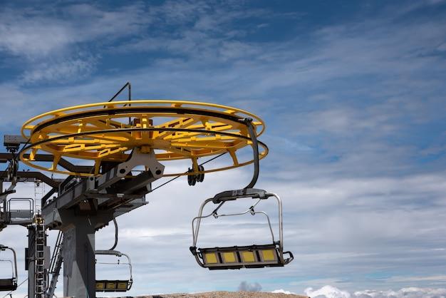 흐린 하늘 여름에 chairlift를 닫습니다.