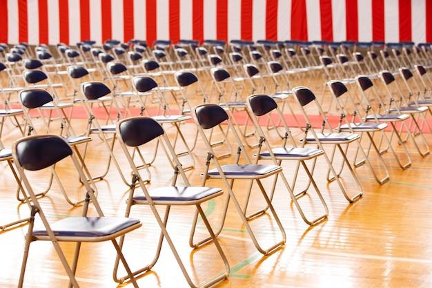 式典には椅子と赤と白の旗が並んでいた