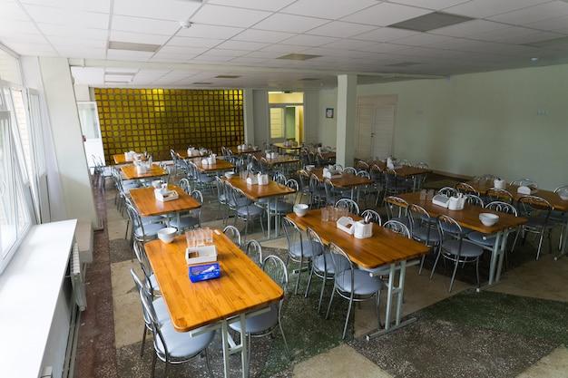 学校の食堂の椅子とテーブル
