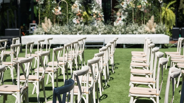 정원에서 야외 결혼식에서 꽃으로 장식된 의자.