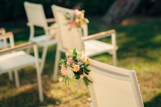結婚式のための椅子。モンテネグロでの結婚式