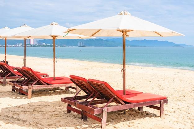 Стулья с зонтиком на пустом морском пляже. пляж без путешественников и туристов. вьетнам, нячанг