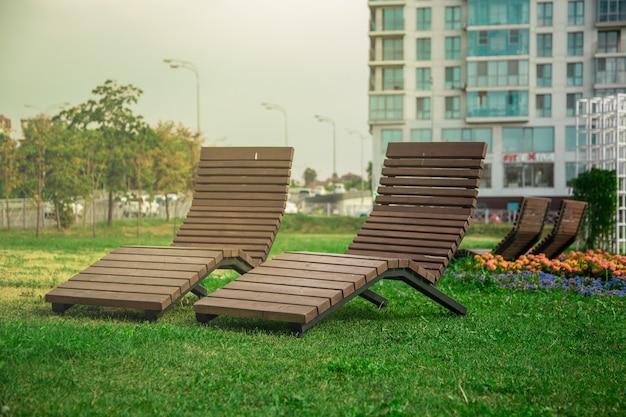 Шезлонг в городском парке, место для принятия солнечных ванн в городе