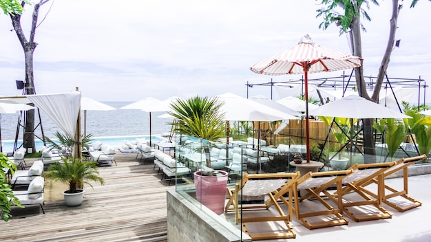 高級ヴィラホテルの近くにある長椅子、傘、プライベートスイミングプール。日当たりの良い夏休み