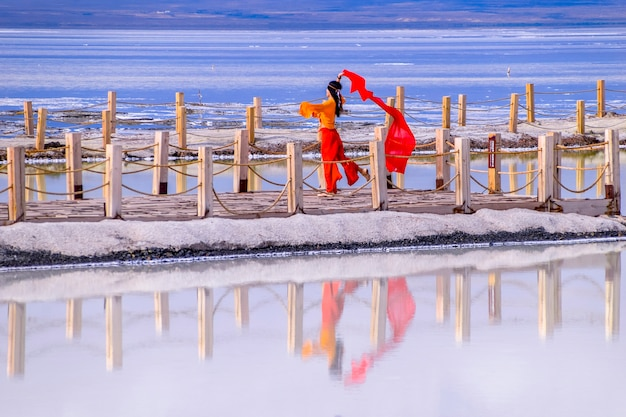 중국 칭하이에 위치한 차카 소금 호수 풍경 차카 소금 호수에서 소녀 춤
