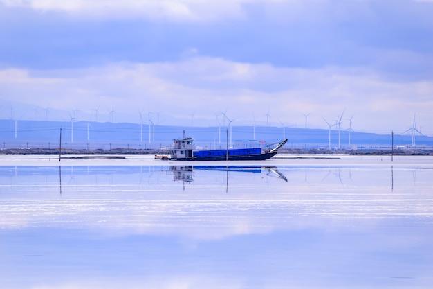 푸른 하늘이 있는 차카 솔트 레이크 풍경은 중국 칭하이성에 있습니다.