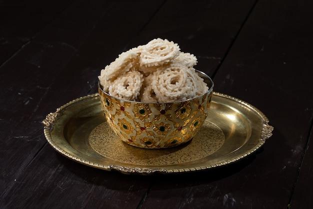 Закуска чакали или мурукку готовится на индийском дивали, фестивальной еде холи.