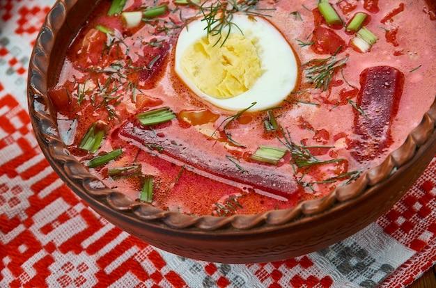 Chaladnik、ビート、ビートの葉、またはスイバで作られた冷たいボルシチ。サワークリーム、ベラルーシ料理、伝統的な盛り合わせ料理、トップビューを添えて。