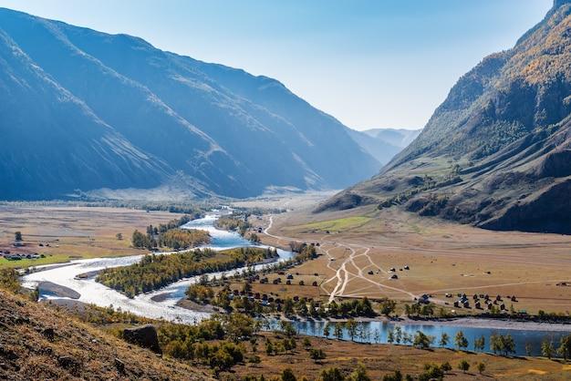 산 계곡의 강둑에 샬레입니다. 러시아, 알타이, chulyshman 강, akkrum 지역