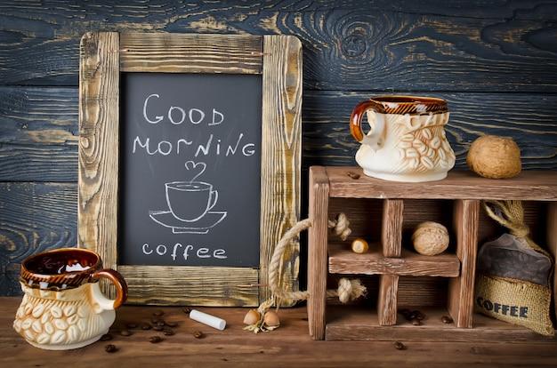 뜨거운 커피를 나타 내기 위해 증기가 떠오르는 컵과 접시의 칠판에 분필 보드