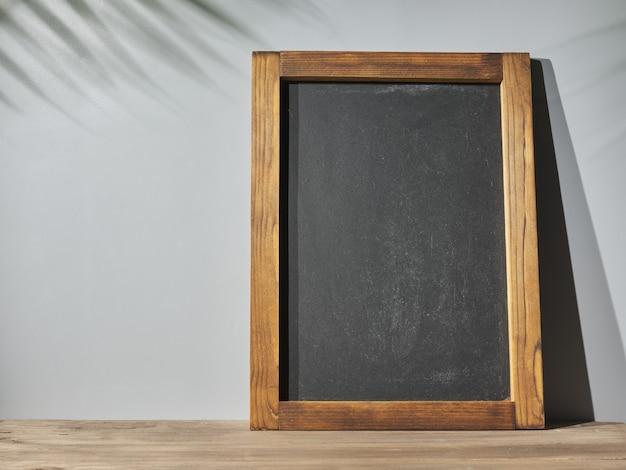 자연스러운 그림자가 있는 탁자 위의 칠판