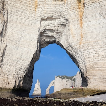 Меловые скалы на алебастровом побережье кот-д'альбатр, этрета, франция