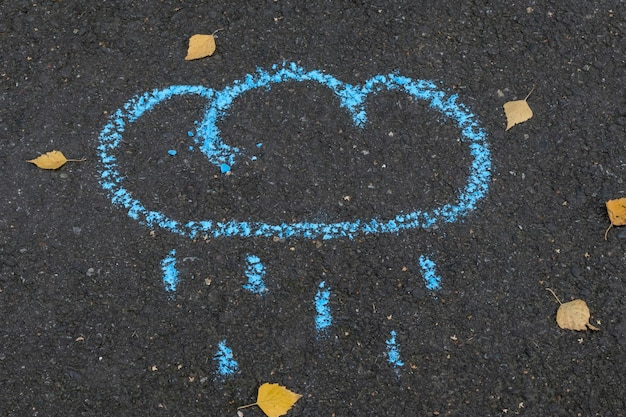 Мел, рисунок облако и дождь на асфальте