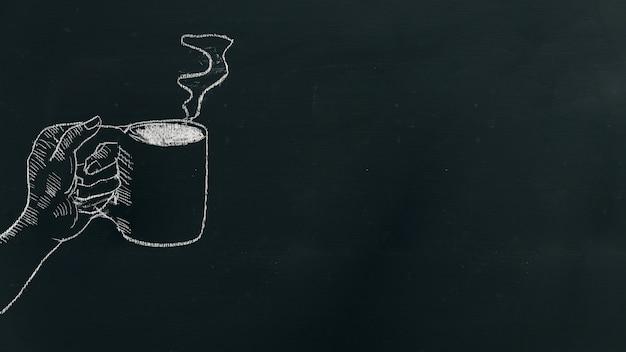 Мел руки, протягивая руку с чашкой кофе с паром на черной доске.
