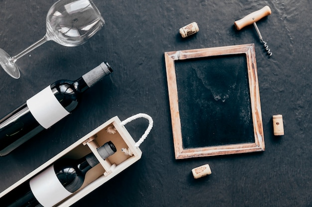 와인 근처 코르크와 칠판 및 코르크
