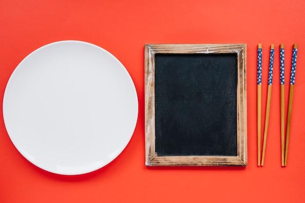 접시와 젓가락 사이의 칠판