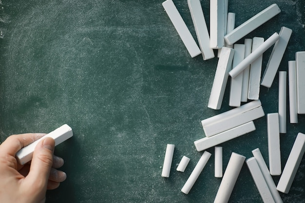 Классная доска. мелки для письма на доске. концепция обучения. меловая доска школьного обучения.