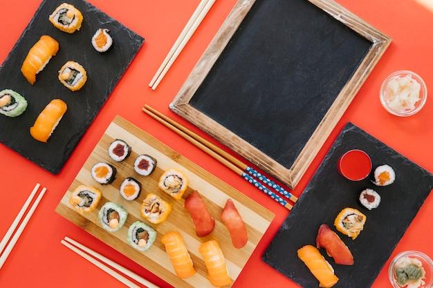 Доске рядом с множеством суши на красном