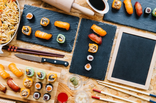 Классная доска возле суши