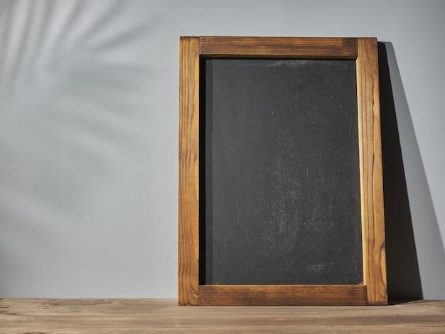 灰色の壁の背景に黒板。テキストのモックアップ