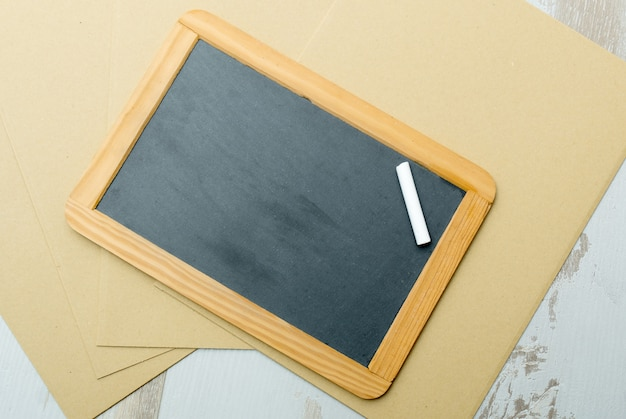 木製のテーブルの上の黒板