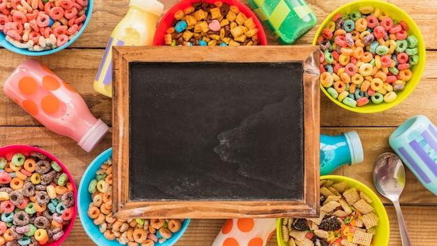 穀物とボトルのボウルの黒板