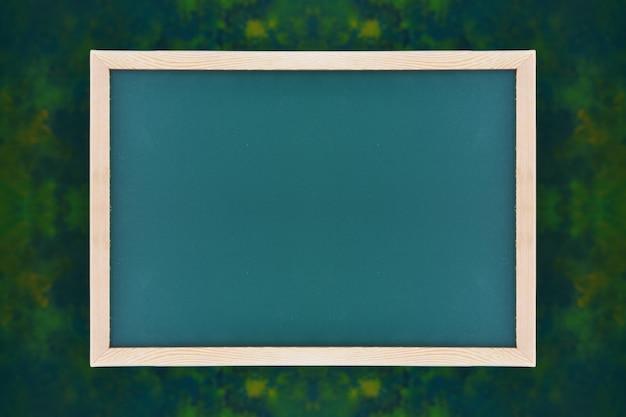 濃い緑色の背景に黒板